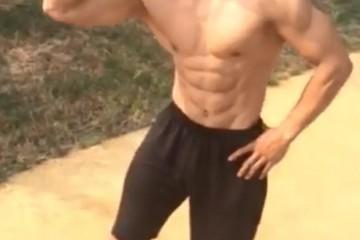 00后小伙天然健身5年喜爱街头秀肌肉这小伙真阳光